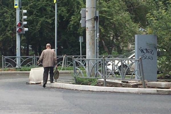 Жители Уралмаша жалуются на пешеходник, ведущий в забор