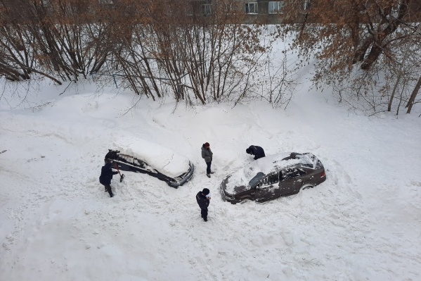 Снег сошел на машины около 11 утра