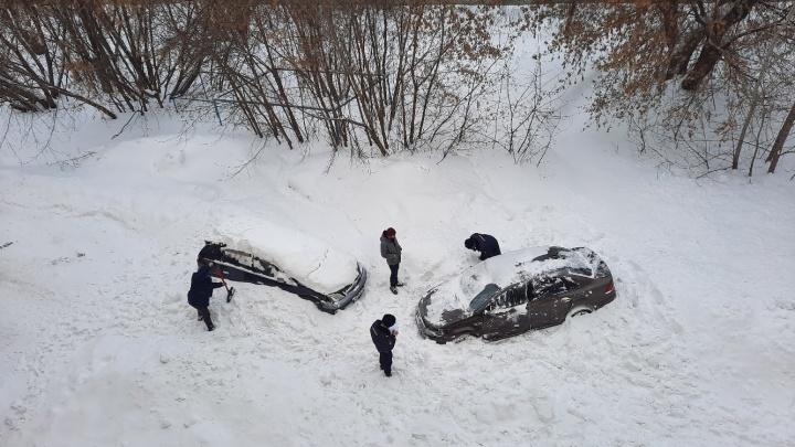 «Ущерба на 150 тысяч»: в Первомайском районе лавина снега с крыши рухнула на припаркованные авто