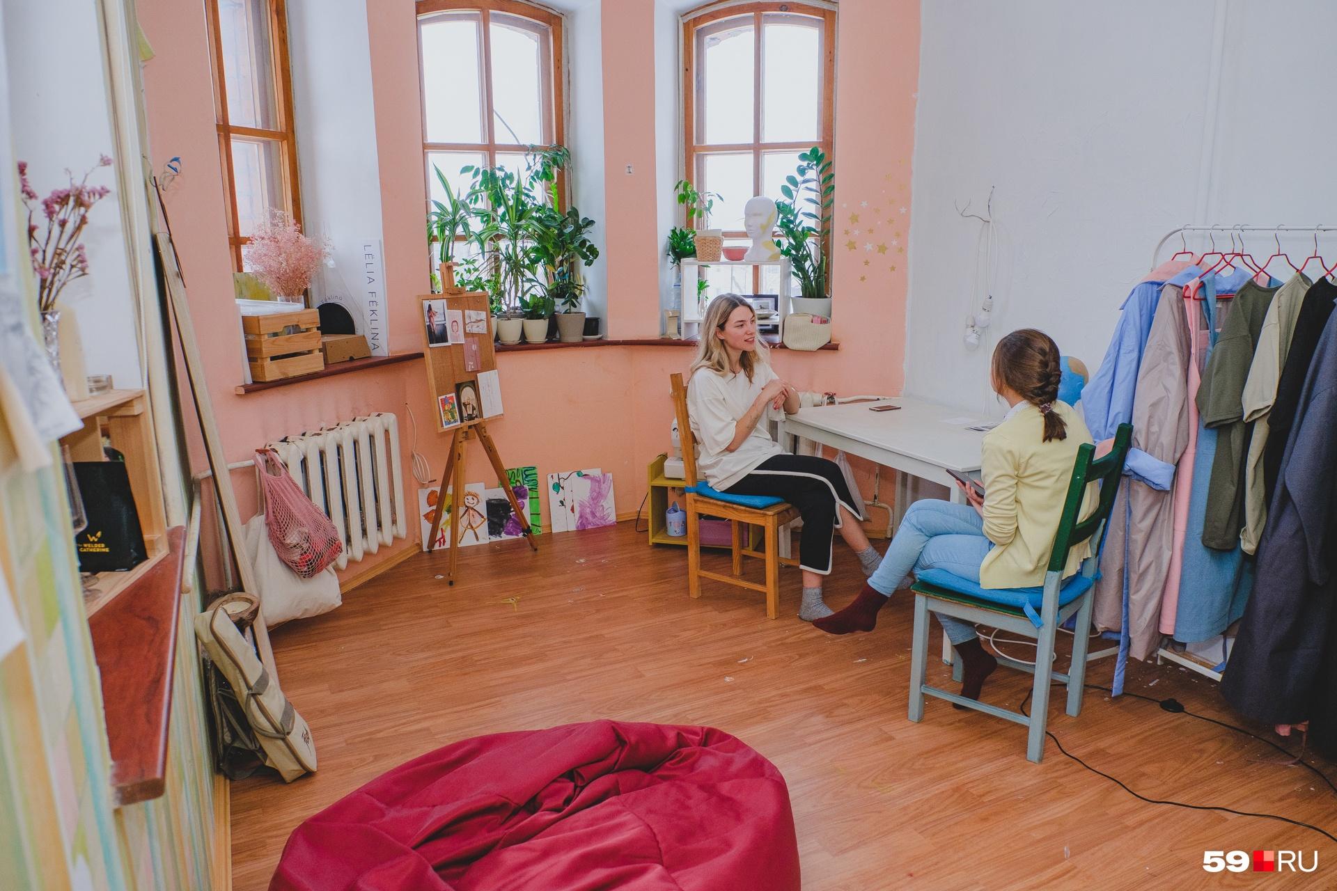 Работает Ольга дома, там же и хранит последнюю отшитую коллекцию плащей