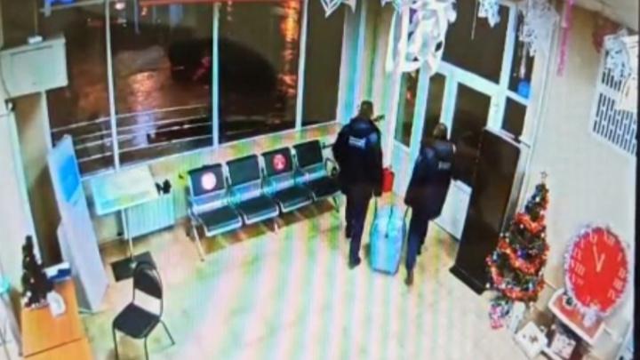 В Волжском сотрудники вокзального ЧОП украли сумку у гражданина Узбекистана