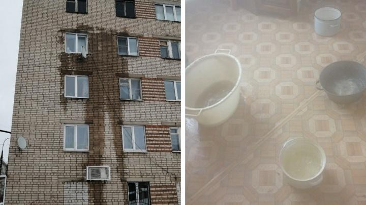 Люди ждут полицию: в Ростове трубы с кипятком прорвало внутри дома