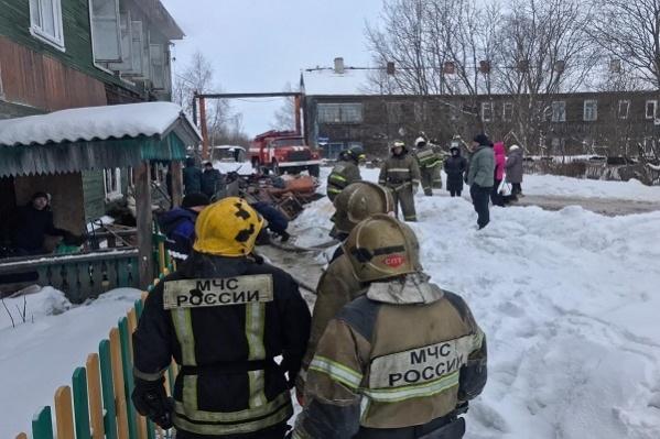 Мальчик отравился дымом, а его маму соседи успели вывести из горящей квартиры