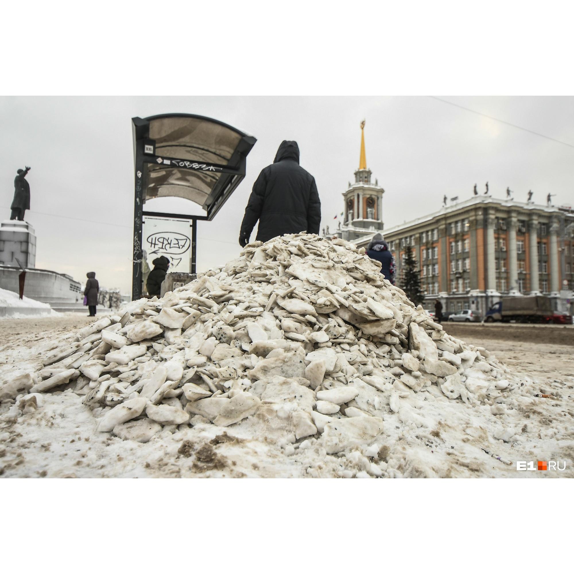 Кучи снега и наледи появились даже перед мэрией
