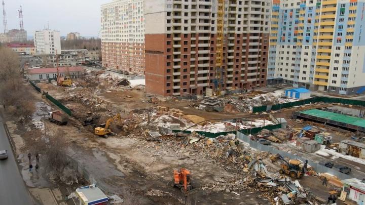 Вместо «Торгового городка» — высотки: стройку жилого квартала на Советской Армии сняли с коптера