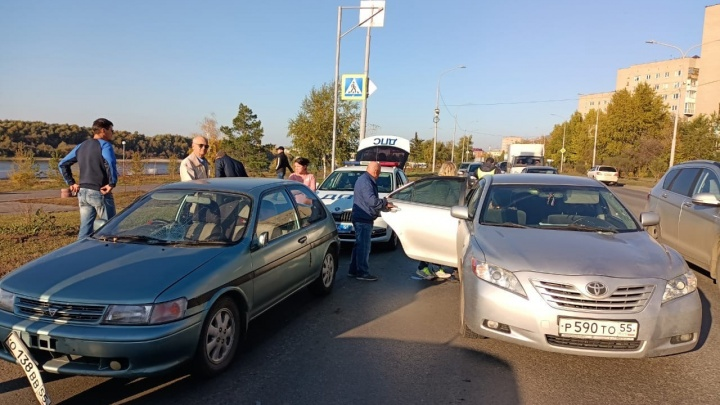 В Омске водитель сбил женщину с двухлетним ребенком из-за резко притормозившего перед ним автомобиля