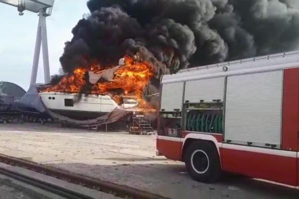 Огонь охватил практически всю поверхность судна