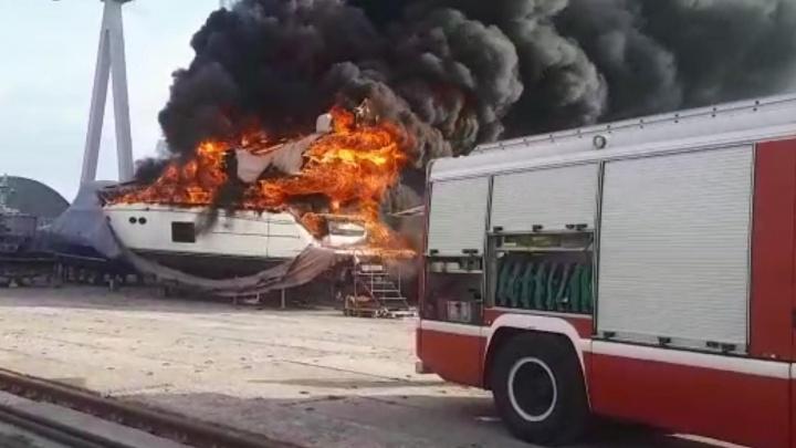Пожар на элитной 18-метровой британской яхте в Волгограде попал на видео