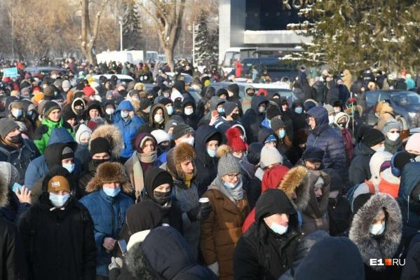 Люди собираются у стадиона «Динамо»