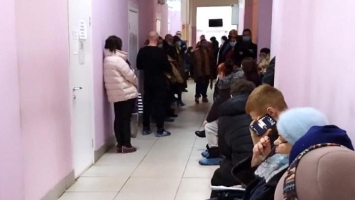 «68 человек сидят к одному врачу»: ярославцы пожаловались на огромную очередь в поликлинике