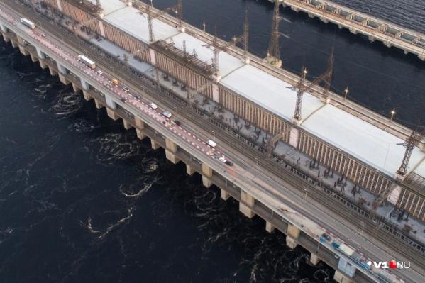 На мосту через Волжскую ГЭС в тестовом режиме запустили реверсивное движение