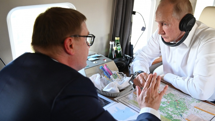 Путин с вертолета осмотрел сгоревшие на Южном Урале поселки и леса. Это был его первый за два года визит в регион