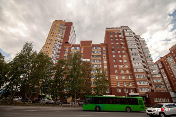 В одном из корпусов высотки на Чернышевского жильцы остались без тепла и горячей воды. Рассказываем, почему так вышло