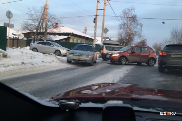 На злополучном перекрестке водители, двигаясь по второстепенной дороге, не уступают дорогу автомобилям на главной
