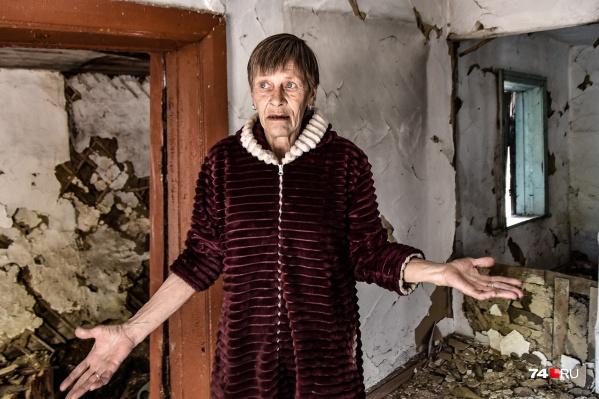 Наталья Цанкова показывает один из оставленных домов в поселке Проходная