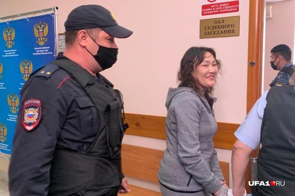 Рамиля Саитова, проходя по коридорам суда, улыбалась и не отводила взгляд от нацеленных на нее объективов