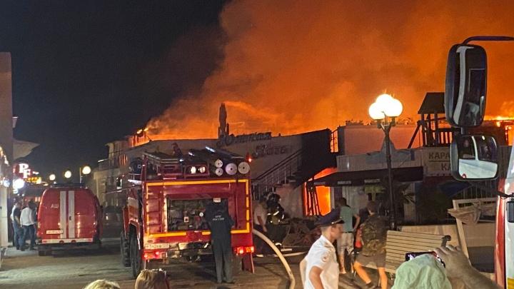 «Южная ночь» в огне. В Сочи на набережной горит кафе