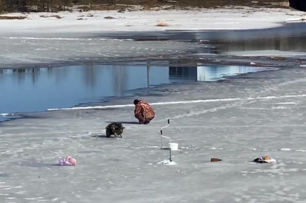 Мужчина пошел по тонкому льду и провалился в воду