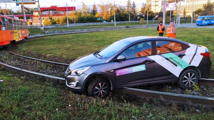 В Екатеринбурге водитель каршеринга парализовал движение трамваев, «припарковавшись» на путях