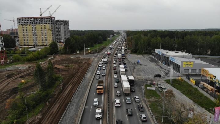 Машины стоят до самого горизонта: как выглядит огромная пробка на Московском тракте