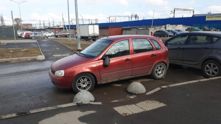 «Я паркуюсь как...»: в Екатеринбурге автохамы побеждают полусферы, но теряют зеркала