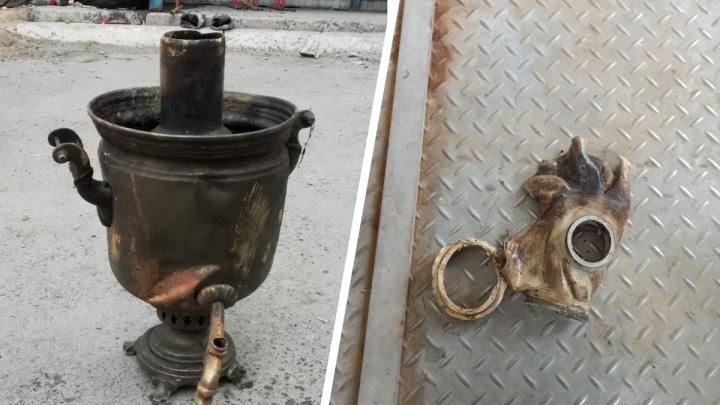 Советский самовар и противогаз стали причиной засора в тюменской канализации
