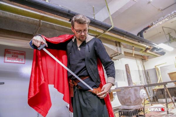 Главный художник театра Иван Складчиков использует для своих костюмов только натуральные материалы