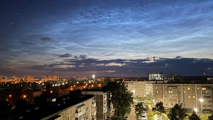 Екатеринбург, ты просто космос! Небо над столицей Урала затянуло яркими серебристыми облаками. Видео