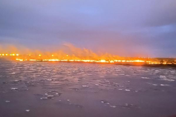 Издалека огонь за Северной Двиной выглядит угрожающе
