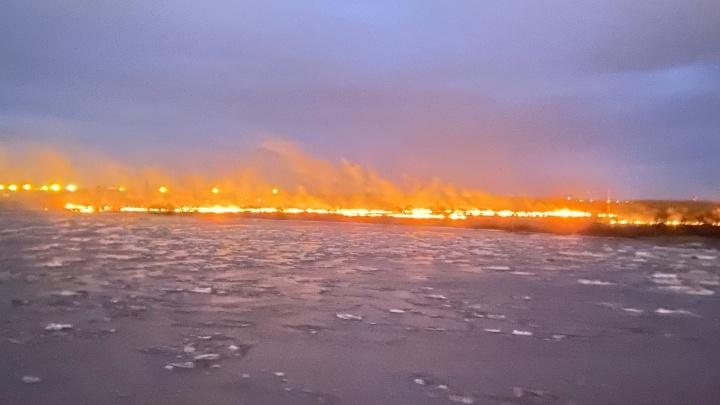 Горящий горизонт: архангелогородец снял на видео, как ветер разгоняет по берегу огонь