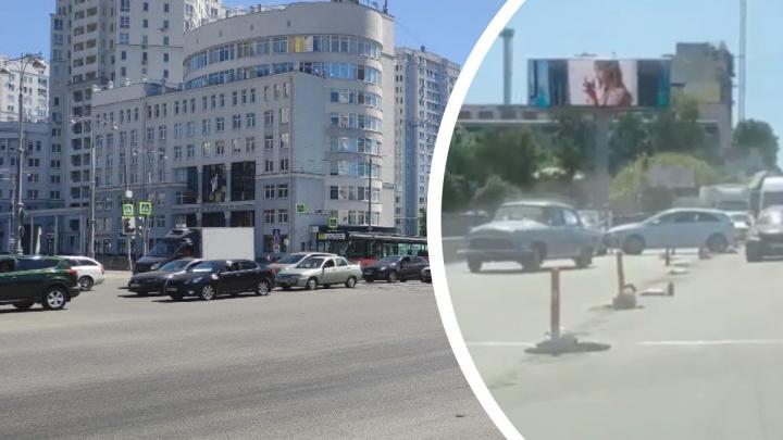 В Екатеринбурге автомобилисты встали в пятикилометровую пробку из-за ДТП на мосту на Бебеля