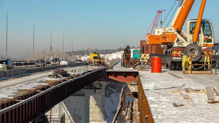 На мосту через Сок строители оборудуют теплицы