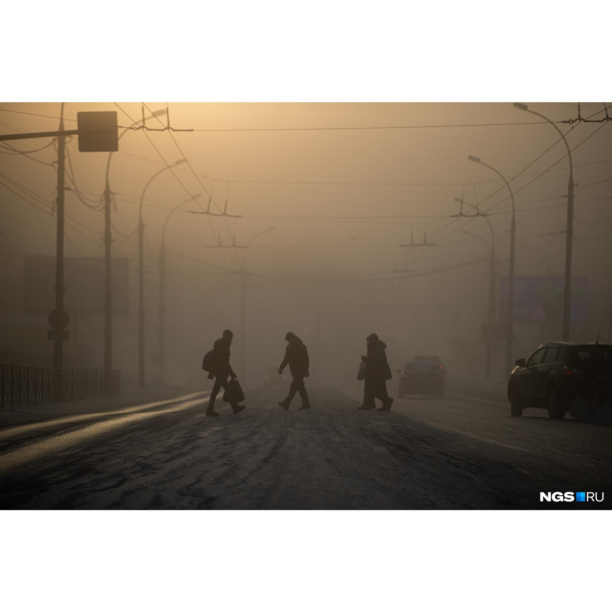 Новосибирцы тщательнее утепляются для такой погоды. На улицах всё больше и больше людей в комбинезонах и горнолыжных костюмах
