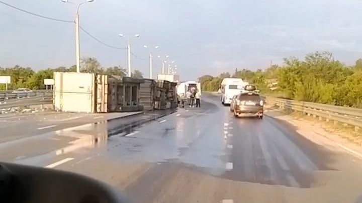 Кабину вскрывали гидроножницами: в Волгограде рано утром на мосту перевернулась фура