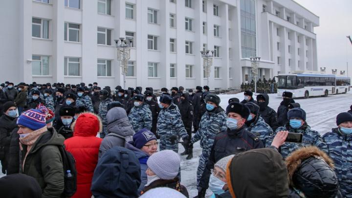 Сторонники Алексея Навального атакуют «белый дом» в Уфе