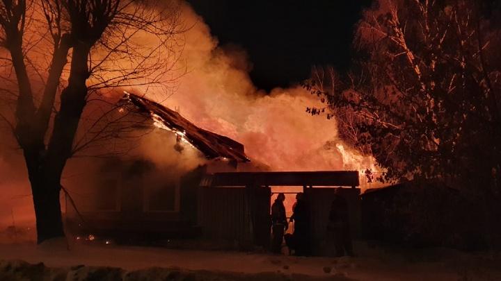 «Он пытался разбить стекло и выбраться»: в сгоревшем на ВИЗе доме обнаружили два тела