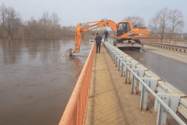 Из-за резкого подъема уровня воды затопило дороги