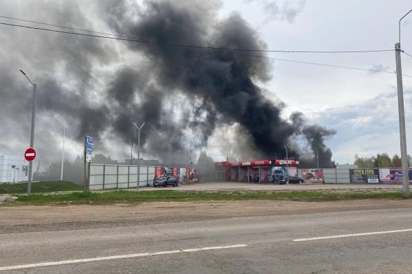 Черный дым напугал местных жителей