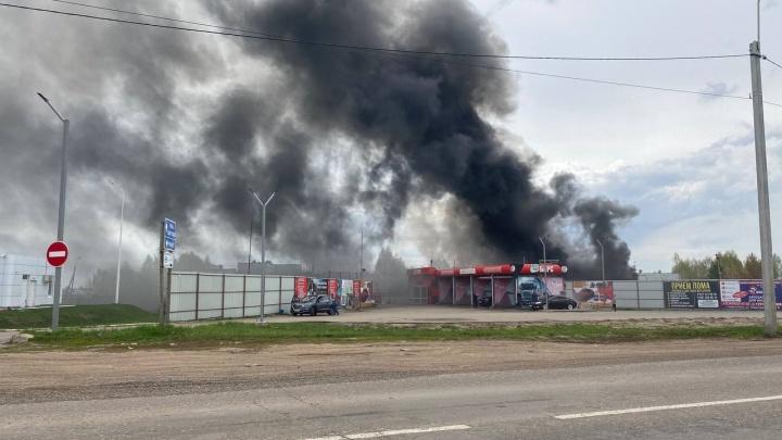 В Башкирии загорелась мебельная фабрика