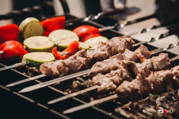 Готовность шашлыка можно определить по прозрачному соку и равномерной окраске мяса внутри