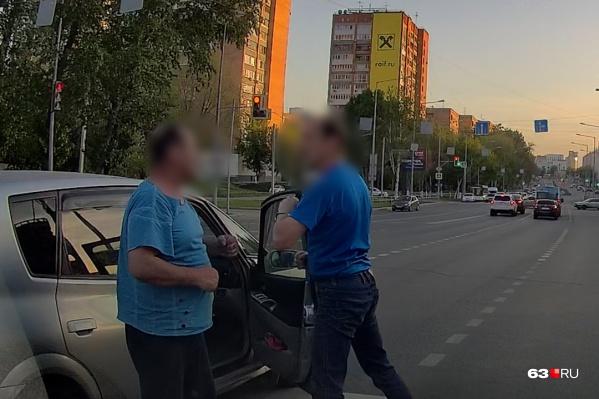 Водитель Toyota (справа) даже не понял, за что его бьют