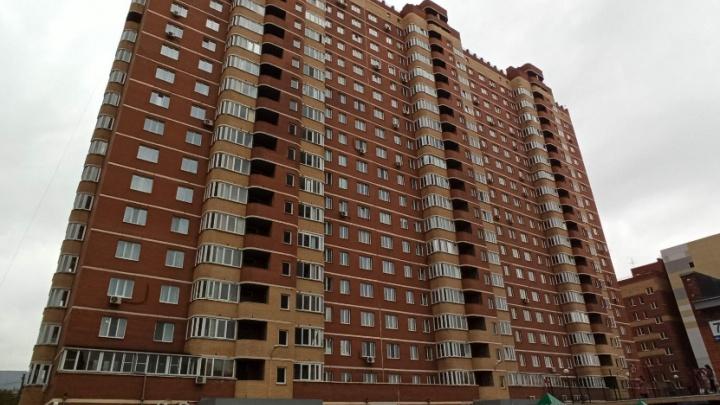 В Заельцовском районе женщина выпала с балкона многоэтажки и погибла