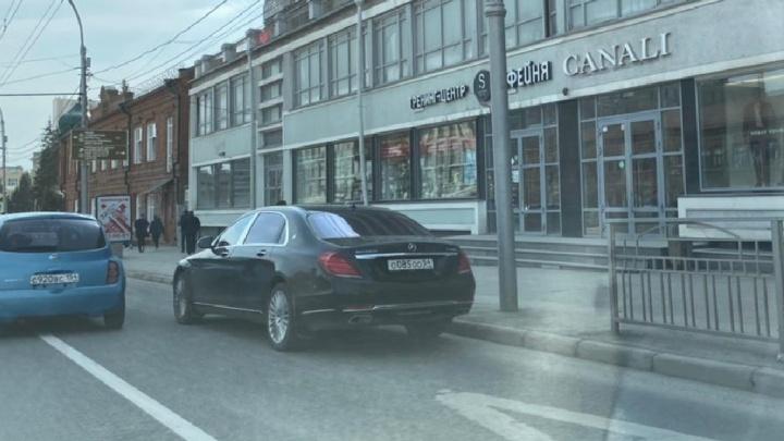 Завидуйте, пешеходы: автохам накопил на «Майбах» ООО и припарковался в странном месте