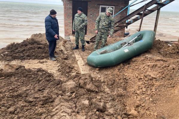 В Котельниковском районе Волгоградской области продолжаются поиски исчезнувшего подростка на лодке