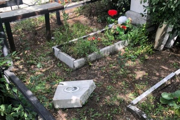 Части могильных плит теперь валяются на земле