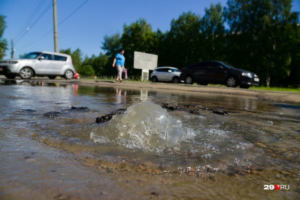 Из-за аварии пришлось отключить водоснабжение в трех домах