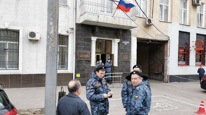 В Ростове эвакуировали два здания областного суда. Неизвестный сообщил о минировании