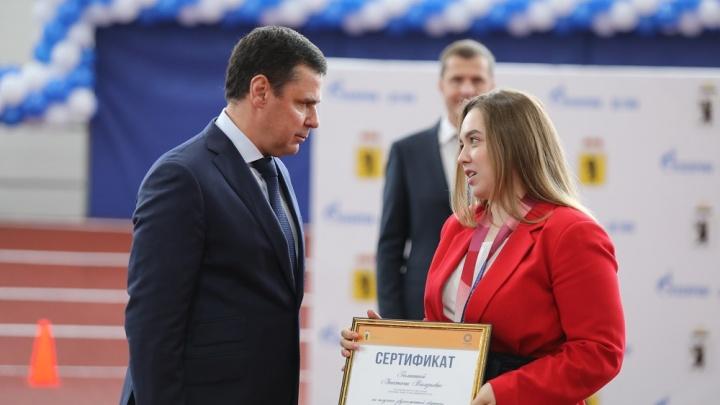 Губернатор Дмитрий Миронов вручил Анастасии Галашиной сертификат на квартиру