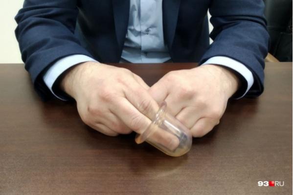 Надетый на пальцы силиконовый колпачок действительно можно было принять за половой орган