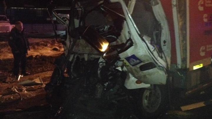 Расплющило кабину: в ДТП с грузовиками пострадал мужчина